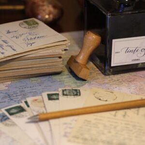 Tinte_Dry Gin_mood_Schreibtisch_Briefmarken_Briefe_Alt_AmaGin-de_Edelranz (11,1)-min